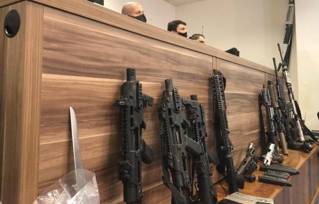 경찰이 민병대 조직원들로부터 압수한 총기 브라질 리우 경찰이 민병대 조직원들로부터 압수한 총기에는 전쟁터에서나 사용되는 살상 무기도 포함됐다. [브라질 뉴스포털 UOL]