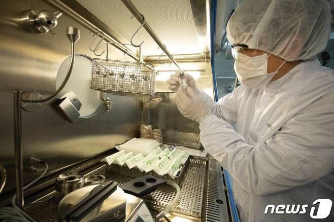 셀트리온 연구진이 코로나19 치료 항체 개발 연구를 하고 있다(제공 : 셀트리온). © 뉴스1