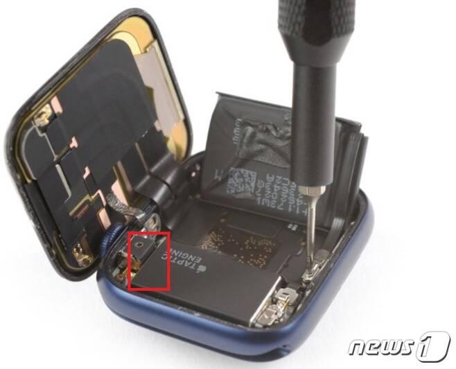 IT기기의 수리 정보 등을 제공하는 아이픽스잇(iFixit)이 애플워치SE와 함께 공개한 애플워치6의 분해도. 문제가 발생한 부분은 탭틱 엔진과 조그다이얼 사이의 부분이다.(아이픽스잇 갈무리) © 뉴스1