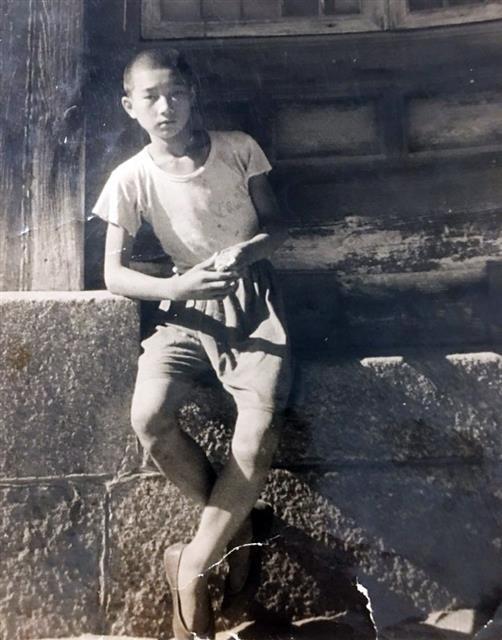1951년 마종기 시인이 초등학교 6학년 때 한국전쟁 경남 마산의 한 사찰 마당에서 찍은 모습.