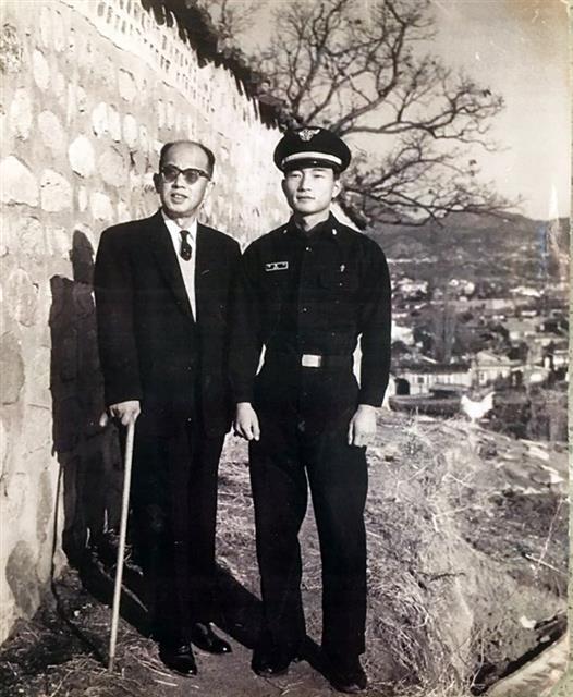 마종기 시인이 1964년 공군 군의관 복무 시절 서울 종로구 명륜동 언덕에서 아버지 마해송 아동문학가와 함께.