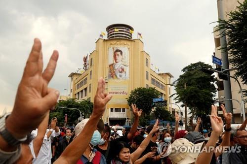 시위대 뒤로 보이는 와치랄롱꼰 국왕의 초상화 [로이터=연합뉴스 자료사진]