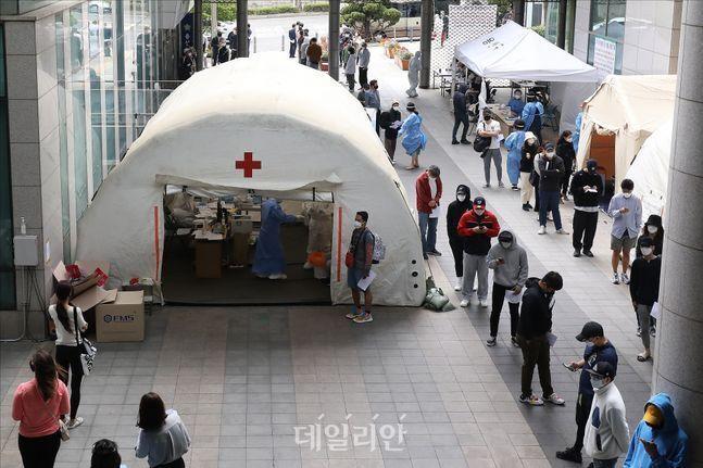 코로나19 진단검사를 위한 방문자들로 서울의 한 선별진료소가 인산인해를 이루고 있는 모습(자료사진). ⓒ데일리안 홍금표 기자