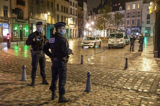 프랑스에서는 코로나19 확산을 막기 위해 야간 통행금지가 실시되고 있는 가운데 지난 17일 프랑스 북부 릴에서 경찰이 통행 금지 시간에 순찰하고 있다. 신화=연합뉴스