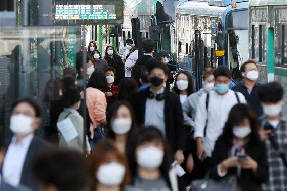 서울 구로구 1호선 신도림역 앞 버스정류장에서 마스크를 한 시민들이 버스에서 내려 출근길 발걸음을 바쁘게 옮기고 있다. 뉴스1
