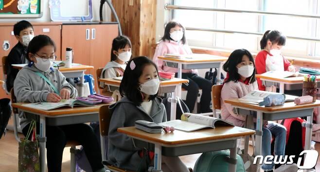 지난 20일 오전 대전 중구 대흥초등학교 2학년 교실에서 학생들이 수업을 듣고 있다. /사진=뉴스1