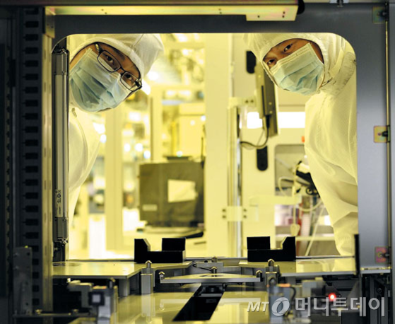 sk하이닉스 직원들이 반도체 생산라인을 점검하고 있다. /사진제공=SK하이닉스