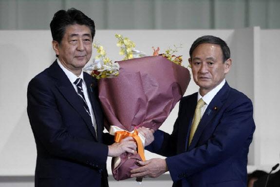 스가 요시히데 일본 총리와 아베 신조 전 총리. [사진=AFP]