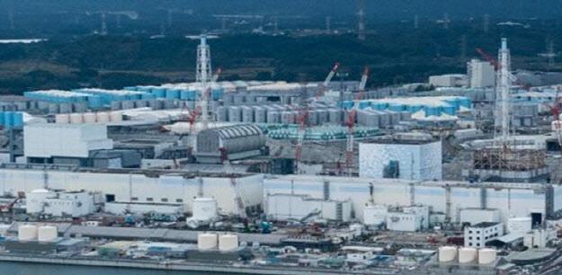 후쿠시마 제1원전의 고준위 오염수를 담은 파란색 원통형 물탱크가 보인다. 탱크의 용량은 2022년 여름께 한계에 도달할 것으로 전망됐다. 그린피스 제공