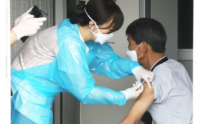 [인천=뉴시스] 이종철 기자 = 인천시가 신종 코로나바이러스 감염증(코로나19)과 다가오는 겨울철 독감의 동시 유행을 대비해 노숙인과 자활쉼터 이용자 등 취약계층에게 독감 백신 무료 접종을 실시하는 가운데 28일 인천시 동구 인천의료원 앞에서 쉼터 이용자들이 독감접종을 받고 있다. 2020.09.28.   jc4321@newsis.com