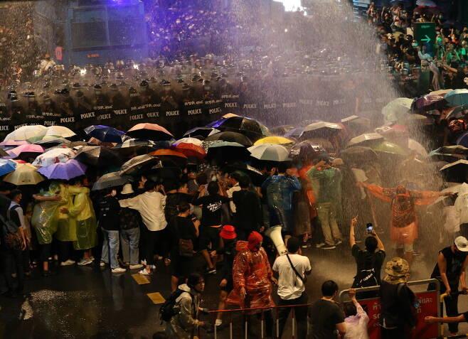 지난 16일 타이 방콕에서 경찰이 시위대를 해산하기 위해 살수차를 이용해 물대포를 쏘고 있다.  방콕/EPA연합뉴스