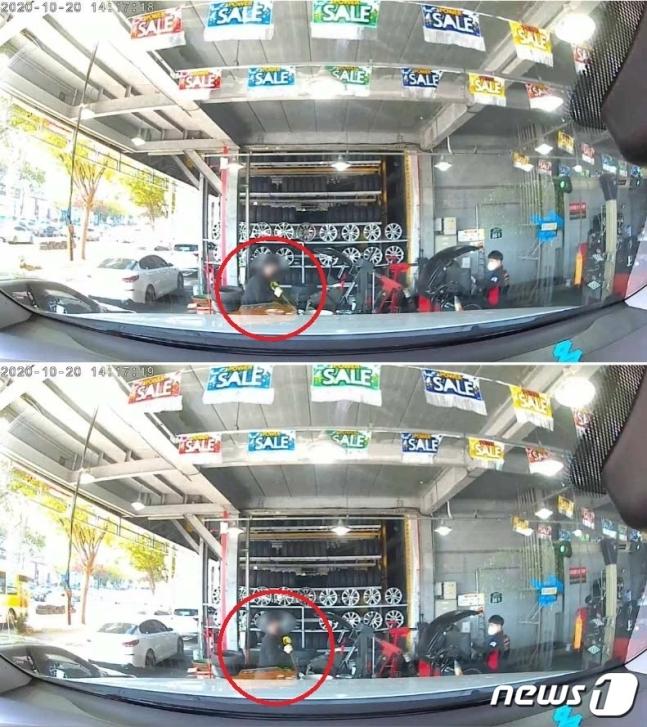 타이어뱅크 대리점 사업주가 스패너 등 공구를 가져와 휠을 훼손하는 모습이 그대로 포착됐다.(보배드림 영상 캡처) / 사진 = 뉴스1