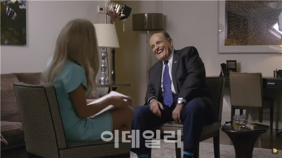 코미디 영화 '보랏2' 제작진이 꾸민 가짜 언론 인터뷰 속 줄리아니 전 뉴욕시장의 모습(출처=유튜브 'CSmoke365' 캡쳐)