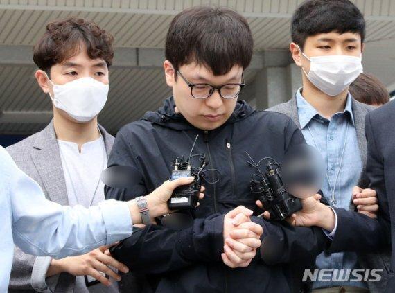 텔레그램 성착취 '박사방' 조주빈의 범행을 도운 혐의를 받고 있는 남경읍이 6월 15일 오전 서울 종로경찰서에서 검찰에 송치되고 있다./사진=뉴시스