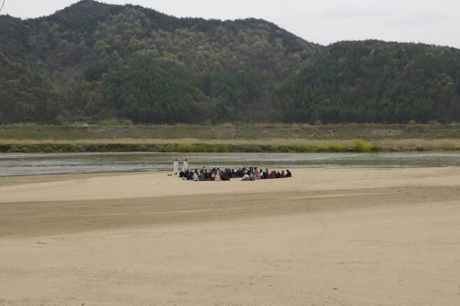 2013년 회룡포의 모습 . 아래 사진과 같은 위치. 생태지평 시민생태조사단 제공.
