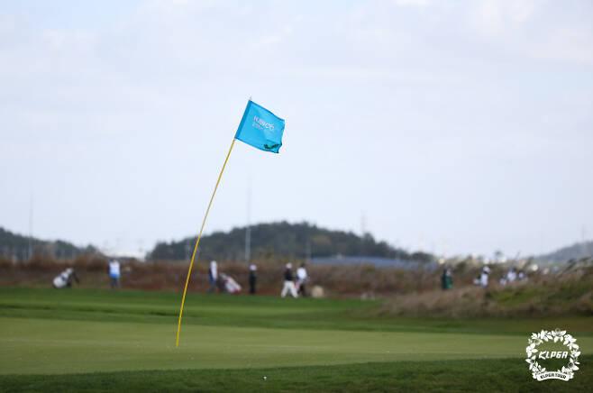 23일  사우스링스 컨트리클럽 카일필립스 8번홀 깃발이 강풍에 펄럭이고 있다.                                                       KLPGA 제공