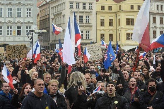 지난 18일 체코 프라하에서 시민들이 이동 제한 조치 등 정부의 코로나 방역 지침에 항의 시위를 벌이고 있다. [AFP=연합뉴스]