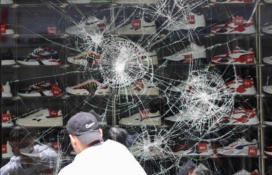 지난 6월 독일 시민 200여 명이 오랜 봉쇄령에 반발해 폭동을 벌여 슈투트가르트의 상점 유리창문이 깨졌다. [AFP=연합뉴스]