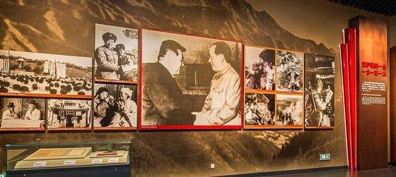지난 9월 19일 6년만에 재개관한 단둥 항미원조기념관에 북한 김일성과 마오쩌둥이 악수하는 사진이 걸려있다. [항미원조기념관 웹사이트 캡처]