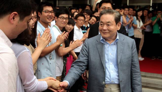 25일 별세한 이건희 삼성그룹 회장이 2011년 7월29일 삼성전자 수원사업장에서 열린 선진제품 비교전시회를 참관한 후 임직원들의 박수를 받으며 사업장을 떠나고 있다. 삼성전자 제공