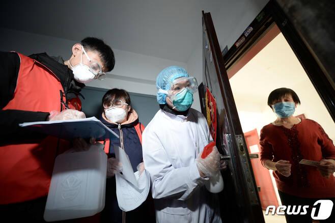 중국 톈진에서 코로나19 방역을 위해 근로자들이 돌아다니며 주민들의 건강 상태를 체크하고 있다. © 로이터=뉴스1 © News1 윤다혜 기자