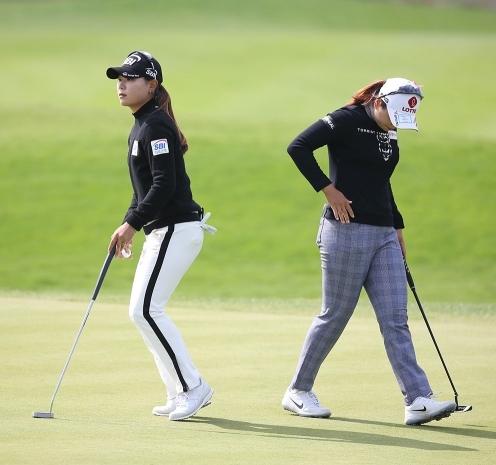 2020년 한국여자프로골프(KLPGA) 투어 휴엔케어 여자오픈 골프대회 최종라운드 챔피언조에서 동반 경디한 이소미, 최혜진 프로. 사진제공=KLPGA