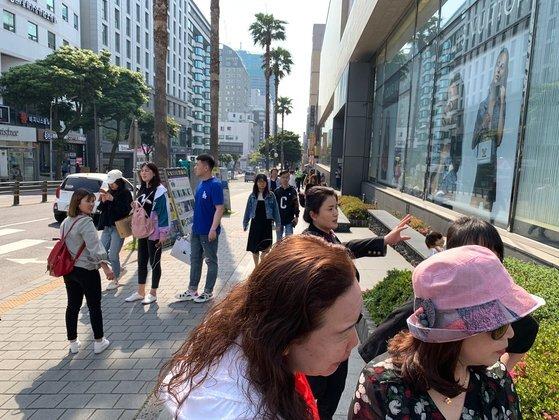 지난해 제주도를 찾은 관광객들이 제주시 연동의 모 면세점 앞을 지나고 있다. 최충일 기자