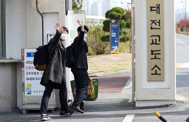 교도소에서 대체복무 - 종교적 병역 거부자들이 26일 대체복무 교육센터가 마련된 대전교도소에 들어서며 취재진을 향해 손을 흔들어 보이고 있다. /사진공동취재단