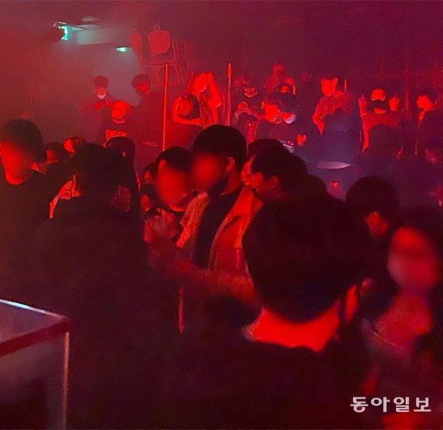 26일 오전 1시경 서울 서초구에 있는 한 클럽에서 수십 명이 모여 춤을 추고 있다. 오승준 인턴기자 서울대 정치외교학부 4학년