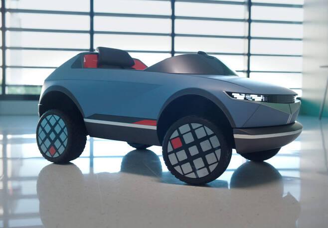 EV 콘셉트카 45와 어린이 전동차.