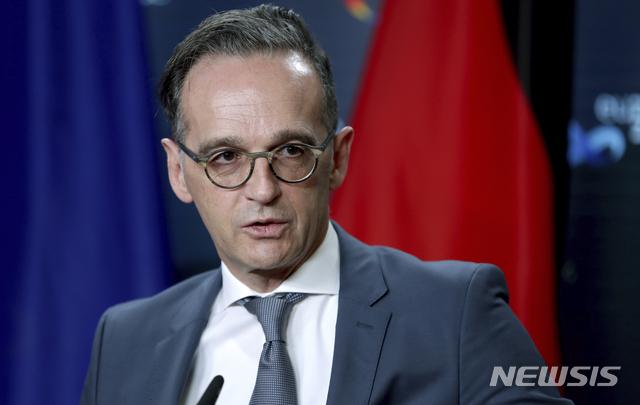"""[베를린=AP/뉴시스] 26일(현지시간) 하이코 마스 독일 외무 장관이 베를린에서 열린 국제원자력기구(IAEA) 사무총장과의 공동 기자회견에서 발언중이다. 그는 이날 프랑스와 터키의 갈등을 놓고 """"터키 대통령의 막말은 최악이다""""고 표현했다. 2020.10.27."""