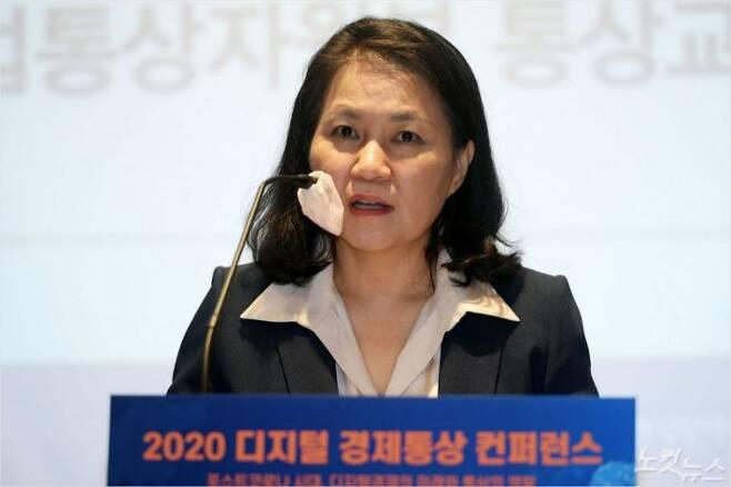 7월 9일 서울 강남구 코엑스에서 열린 '2020 디지털 경제통상 컨퍼런스에서 WTO(세계무역기구) 차기 사무총장 선거에 출사표를 던진 유명희 산업통상자원부 통상교섭본부장이 기조연설을 하고 있다. 이한형기자