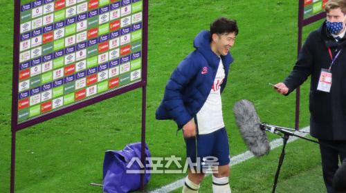 토트넘 손흥민이 번리전 팀 승리를 이끈 뒤 방송 인터뷰를 준비하고 있다. 번리 | 장영민통신원