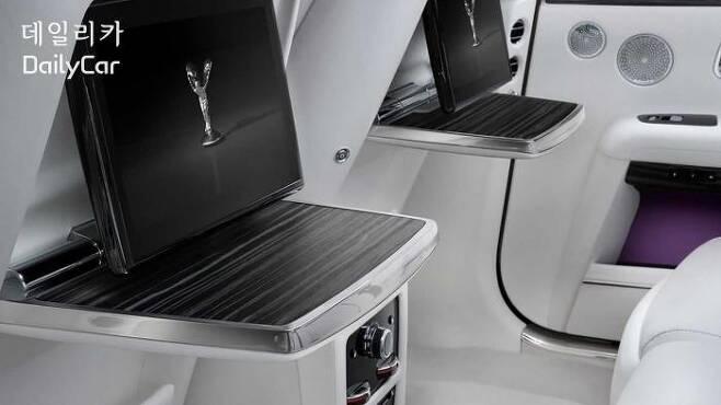 롤스로이스 고스트 (뒷좌석용 모니터와 테이블)