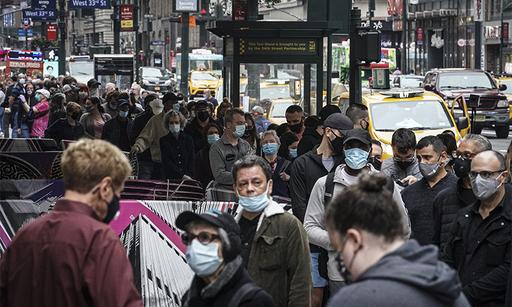 미국의 대선 사상 처음으로 사전투표를 도입한 뉴욕의 매디슨스퀘어가든에서 24일(현지시간) 유권자들이 투표 차례를 기다리며 몇 블록에 걸쳐 길게 줄지어 서 있다. 뉴욕=AP연합뉴스
