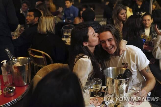 야간통행 금지 전 붐비는 프랑스 식당[AP=연합뉴스]