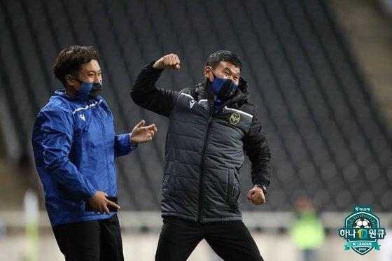 지난 24일 부산전 승리 후 환호하는 조성환 인천 감독(오른쪽). 한국프로축구연맹