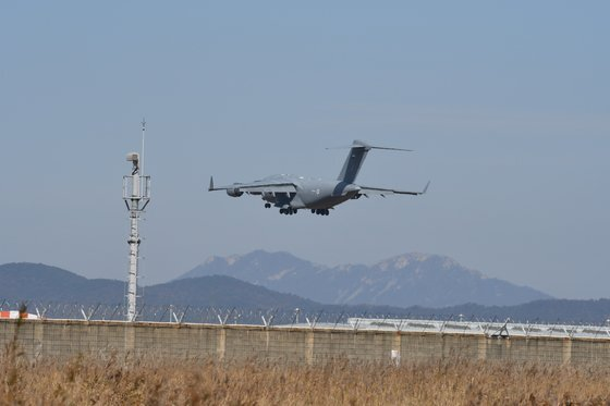 아랍에미리트(UAE) 공군 소속 수송기인 C-17 글로브마스터Ⅲ가 29일 오전 인천공항에 착륙하고 있다. [디펜스타임스]