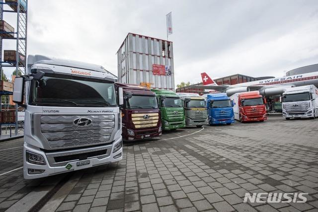 [서울=뉴시스]현대자동차는 7일(현지시간) 스위스 루체른에서 유럽으로 수출한 '엑시언트 수소전기트럭(XCIENT Fuel Cell)' 현지 전달식을 통해 고객사들에게 인도했다. 사진은  현대자동차 '엑시언트 수소전기트럭' 7대가 고객인도 전달식을 위해 스위스 루체른 교통박물관 앞에 서 있는 모습. (사진=현대자동차 제공) 2020.10.08. photo@newsis.com
