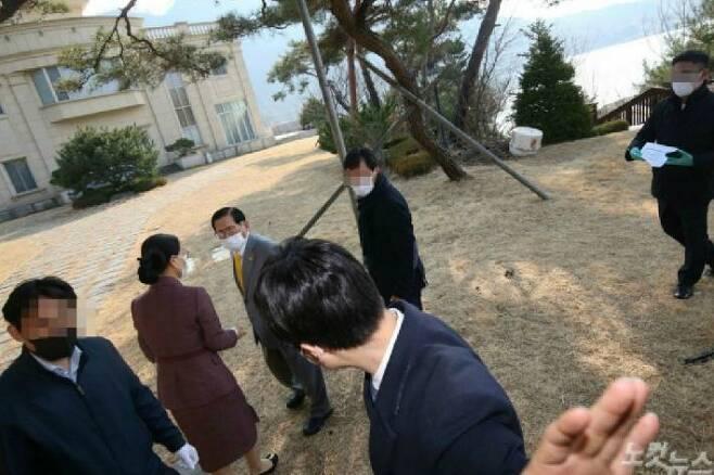 지난 3월 2일 가평 평화의궁전에서 열린 기자회견이 끝나고 이단 신천지 이만희 교주와 대화를 나누고 있는 김평화씨(사진=이한형기자)