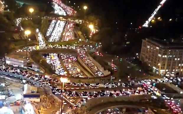 간밤 프랑스 파리 도로가 대규모 교통체증로 몸살을 앓았다. 고층 건물에서 본 파리 도심은 대규모 교통체증으로 주차장을 방불케했다.사진=트위터