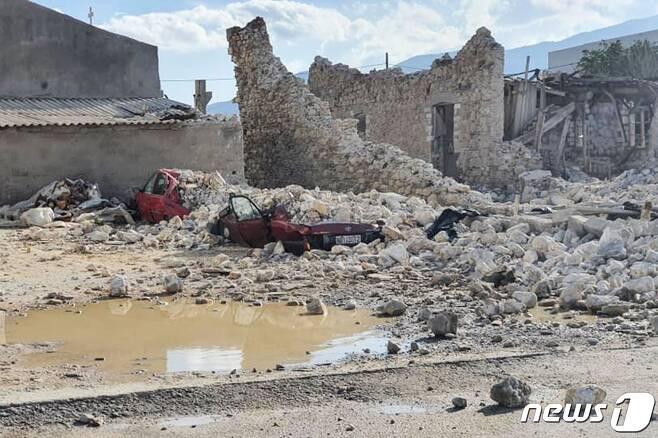 지진 여파로 건물이 무너진 그리스 사모스섬 © AFP=뉴스1