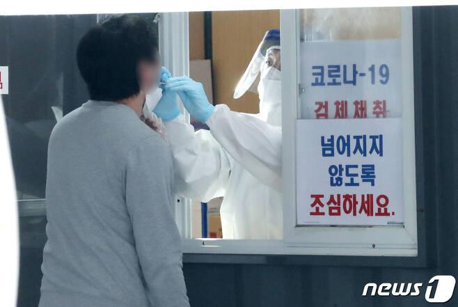 26일 오전 서울 성동구 마장로 성동구보건소에 마련된 선별진료소에서 한 시민이 코로나19 검사를 받고 있다. 2020.10.26/뉴스1 © News1 임세영 기자