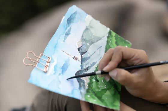 김강은씨가 그림을 그리기 시작한지 40여 분 만에 '작품'을 보여주고 있다. 김현동 기자
