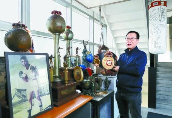 이기현 김기수기념사업회 대표가 세계챔피언 벨트를 보여주고 있다. 신인섭 기자