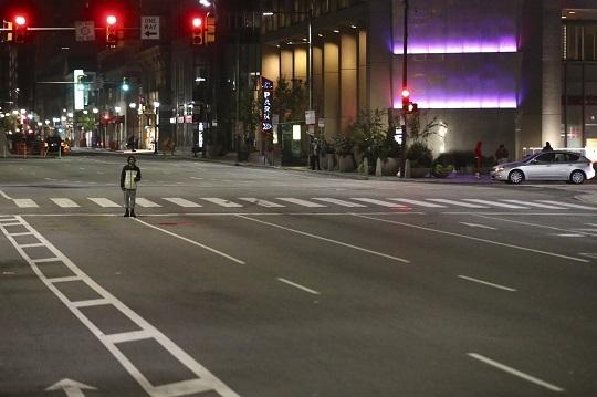 약탈 사태로 야간통금 내려진 미 필라델피아 시내. AP연합뉴스