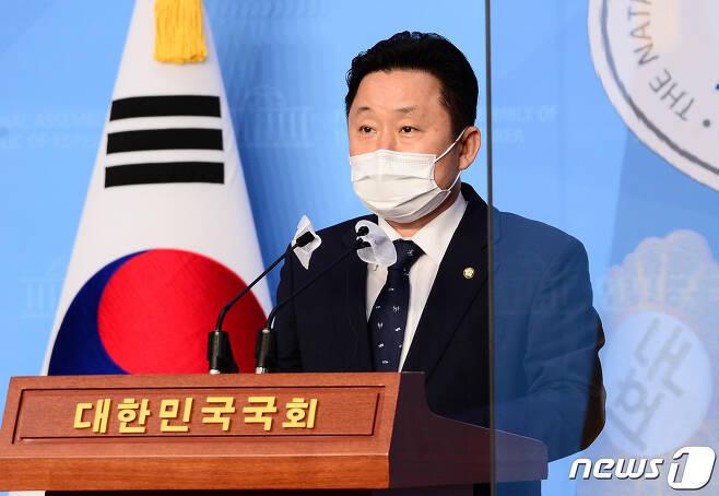 최인호 더불어민주당 의원이 2일 서울 여의도 국회 소통관에서 더불어민주당 보궐당헌당규 개정 전당원 투표 결과를 발표하고 있다. 민주당은 이틀간 진행된 권리당원 투표에서 권리당원 86.64%가 당헌 개정 및 공천에 찬성해 내년 4월 서울·부산시장 보궐선거에서 후보를 내기로 결정했다고 밝혔다. 2020.11.2/뉴스1 © News1 성동훈 기자
