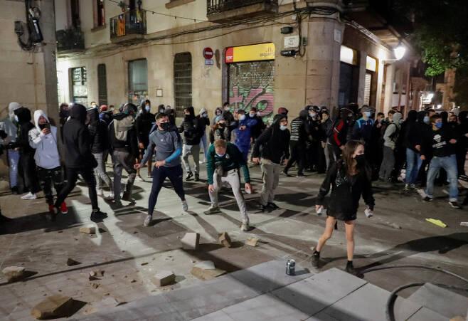 스페인선 투석전 스페인 바르셀로나에서 지난달 31일(현지시간) 시민들이 코로나19 확산 방지를 위해 정부가 발표한 2차 봉쇄안을 반대하는 시위를 벌이고 있다.  바르셀로나 | 로이터연합뉴스