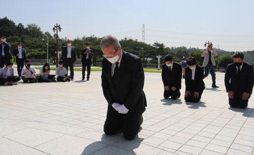 김종인 국민의힘 비상대책위원장이 지난 8월 광주 북구 국립 5·18 민주묘지에서 무릎을 꿇고 참배했다.(사진=연합뉴스)