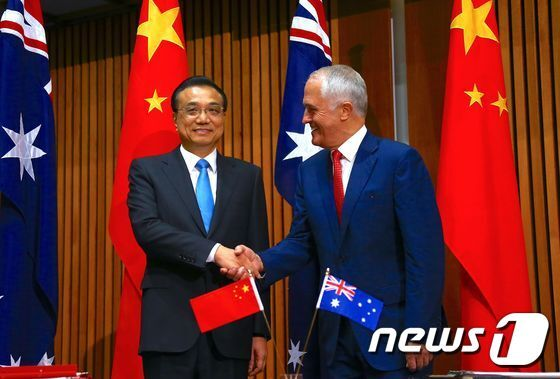 리커창 중국 총리와 맬컴 턴불 호주 전 총리가 캔버라의 의회에서 열린 조인식에서 악수를 하고 있다. © AFP=뉴스1 © News1 우동명 기자